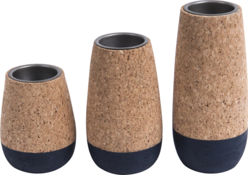 På billedet ser du variationen Fyrfadsstage, Set cone fra brandet Present Time i en størrelse D. 7cm, H. 9cm, 12cm & 15cm i farven Kork|Blå