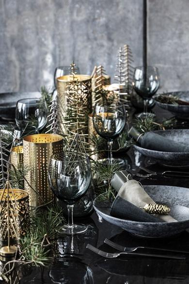 På billedet ses hvordan man kan dekorerer sit julebord med House Doctor produkter