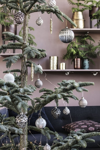 På billedet ses House Doctor juleornamenter pyntet på et juletræ