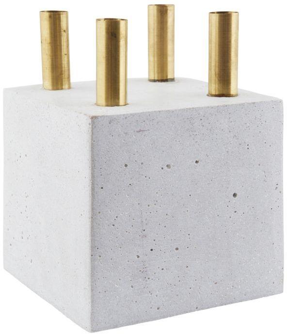 På billedet ser du variationen The Cube, Lysestage fra brandet House Doctor i en størrelse 16 x 16 cm. x H: 16 cm. i farven Grå
