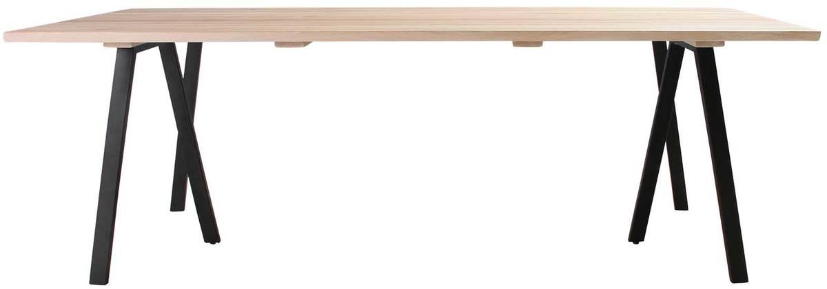 På billedet ser du variationen Plankebord, Trend V, 3 feet base fra brandet Preform i en størrelse H: 74 cm. B: 95 cm. L: 220 cm. i farven Lys Natur/Sort