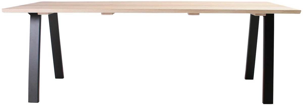 På billedet ser du variationen Plankebord, Trend V, Slanting base fra brandet Preform i en størrelse H: 74 cm. B: 95 cm. L: 220 cm. i farven Lys Natur/Sort