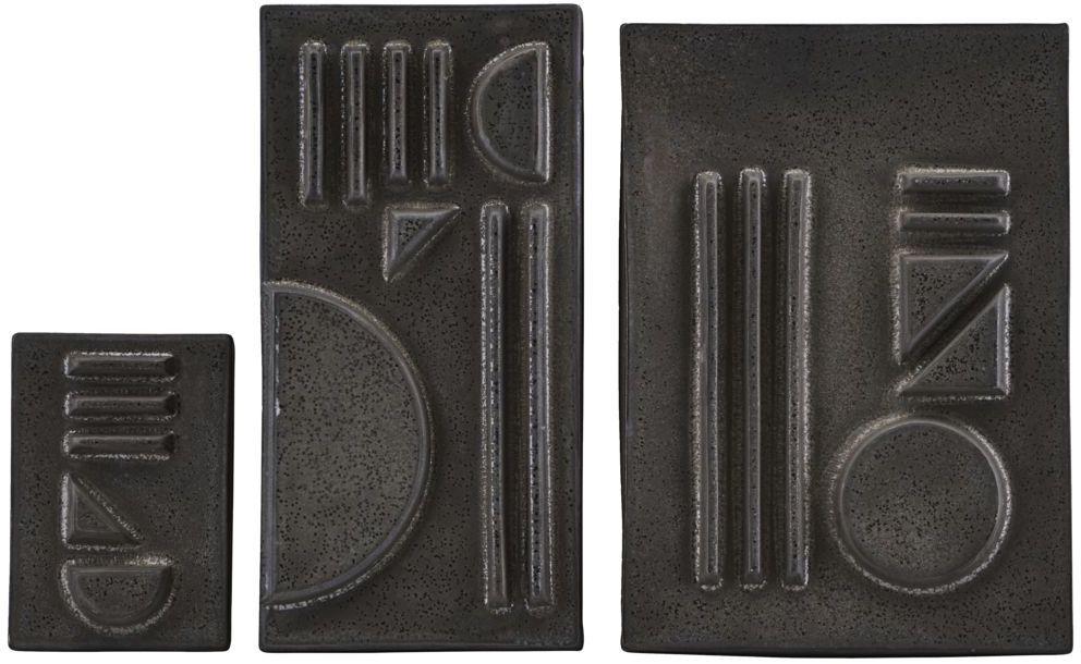 På billedet ser du variationen Geometric, Relief fra brandet House Doctor i en størrelse L: 29.5 x 21 cm. M: 29.5 x 15 cm. S: 15 x 10,5 cm. i farven Sort