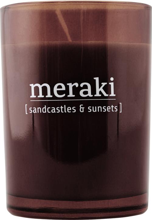 På billedet ser du variationen Duftlys, Sandcastles & Sunsets fra brandet Meraki i en størrelse Ø: 8 cm. H: 10,5 cm. i farven Brændt henna