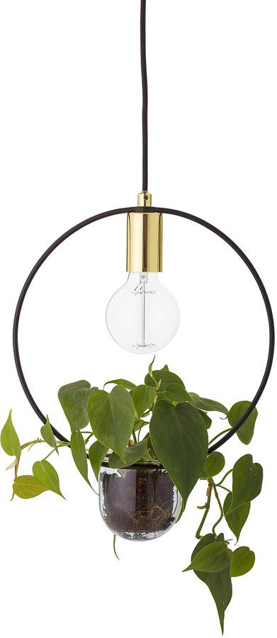 På billedet ser du variationen Cozy, Pendel med planteskål, O-formet fra brandet Bloomingville i en størrelse D: 30 cm. H: 38 cm. i farven Guld